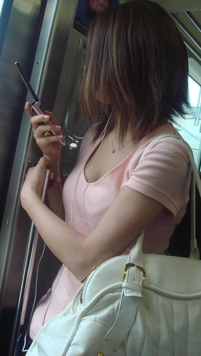 【着胸エロ画像】見蕩れて乗り越し注意w電車内の視線を集める胸チラ&着衣巨乳www 24