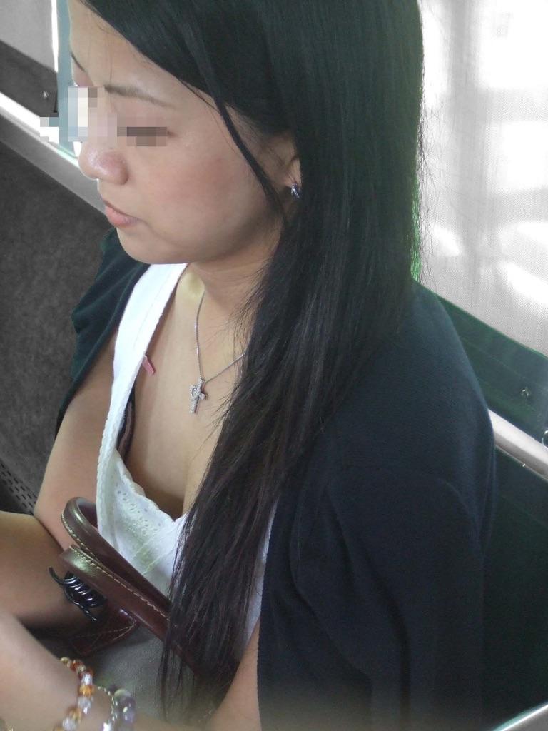 【着胸エロ画像】見蕩れて乗り越し注意w電車内の視線を集める胸チラ&着衣巨乳www 27