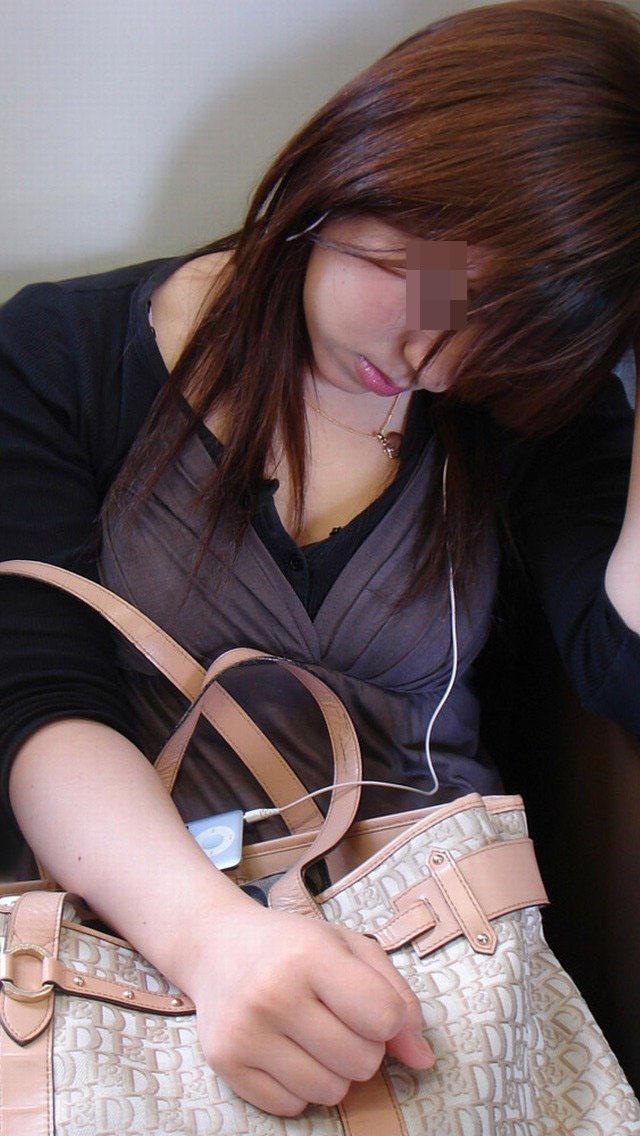 【着胸エロ画像】見蕩れて乗り越し注意w電車内の視線を集める胸チラ&着衣巨乳www 28