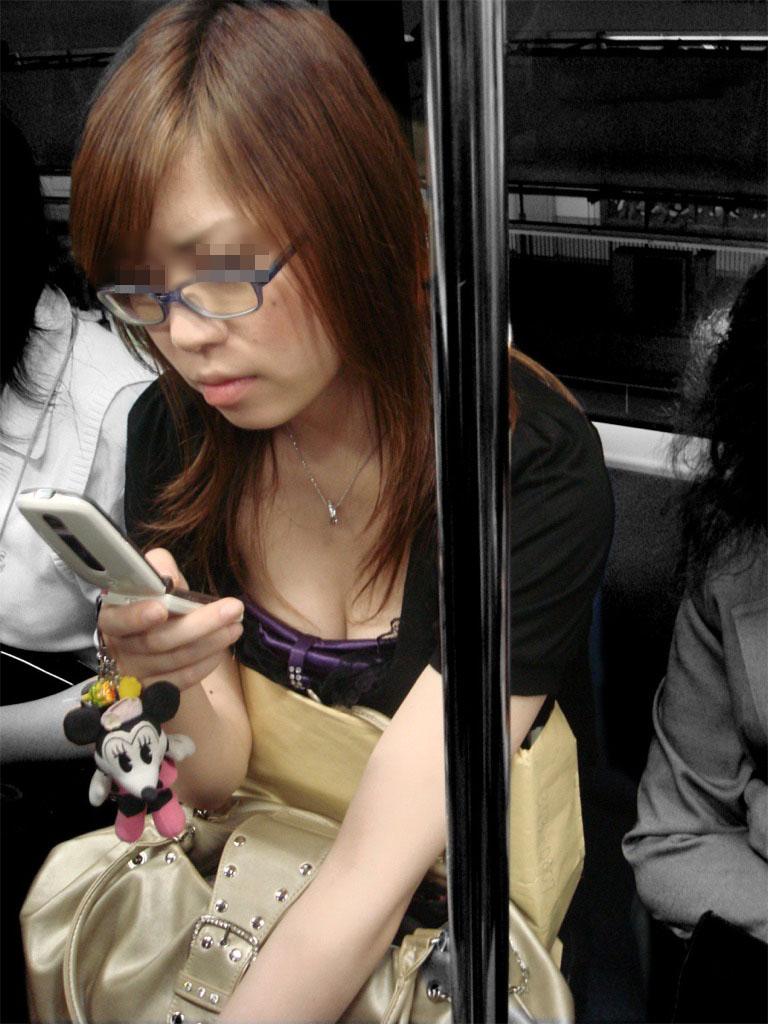 【着胸エロ画像】見蕩れて乗り越し注意w電車内の視線を集める胸チラ&着衣巨乳www 29