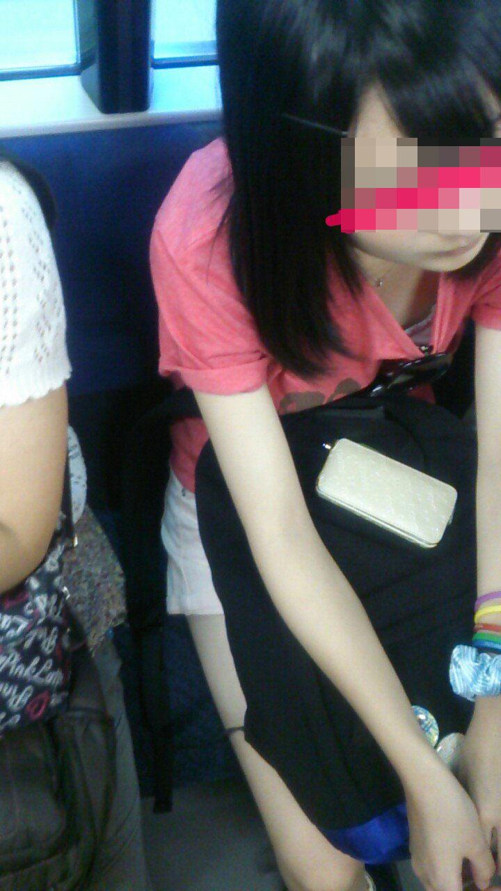 【着胸エロ画像】見蕩れて乗り越し注意w電車内の視線を集める胸チラ&着衣巨乳www 30