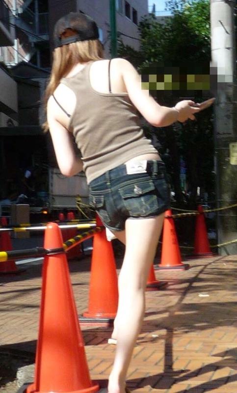 【ショーパンエロ画像】ミニよりも美脚際立つ!見逃せないショーパン女子の太ももwww 02