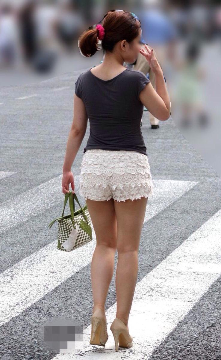 【ショーパンエロ画像】ミニよりも美脚際立つ!見逃せないショーパン女子の太ももwww 22