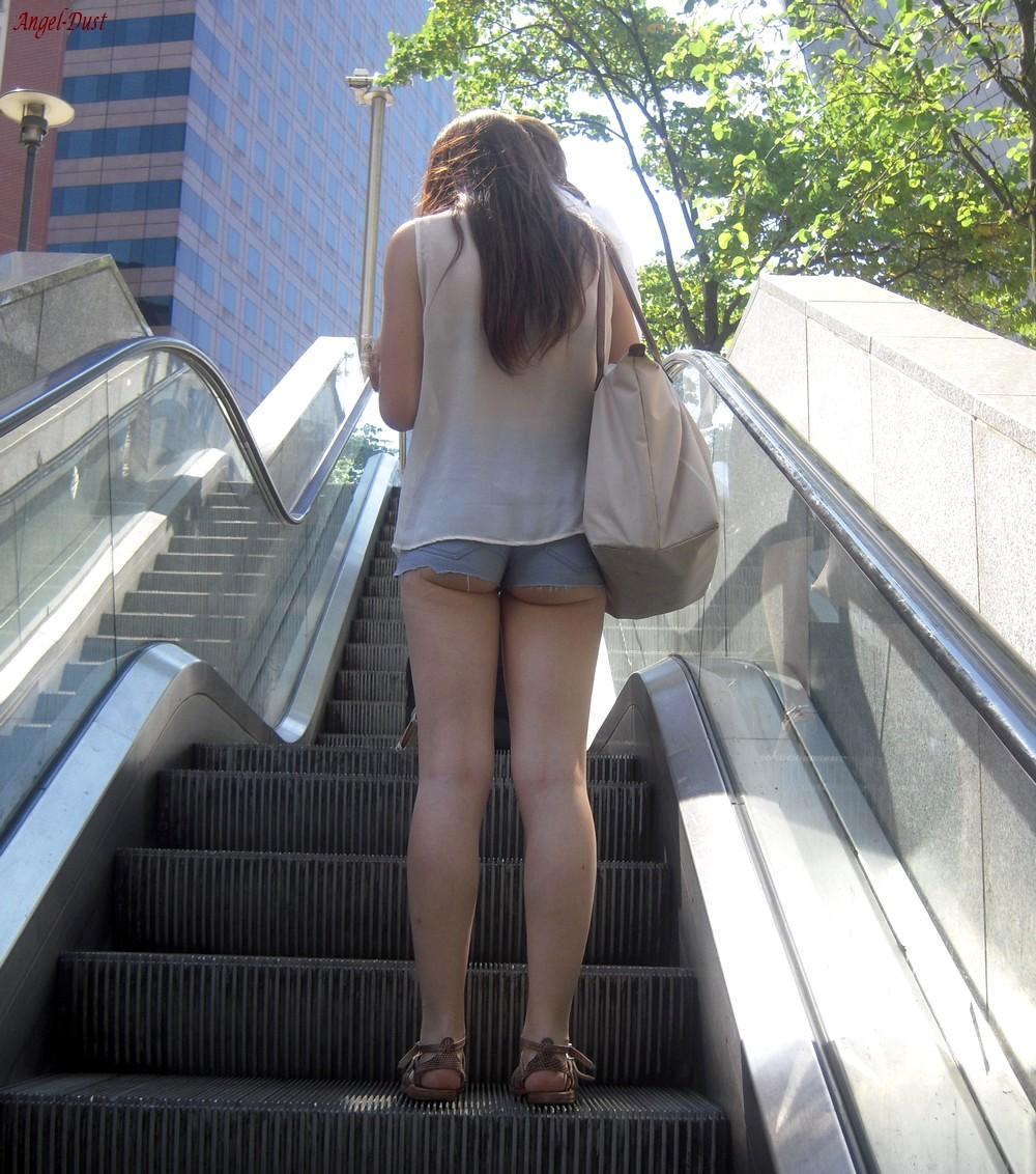 【ショーパンエロ画像】ミニよりも美脚際立つ!見逃せないショーパン女子の太ももwww 24