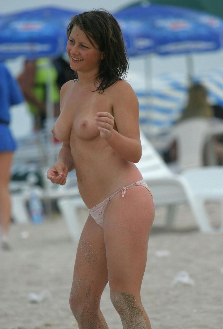 【海外エロ画像】パンツ履ける分気楽に巨乳が見放題なトップレスビーチwww 05