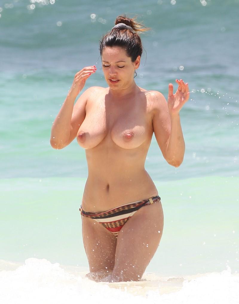 【海外エロ画像】パンツ履ける分気楽に巨乳が見放題なトップレスビーチwww 09