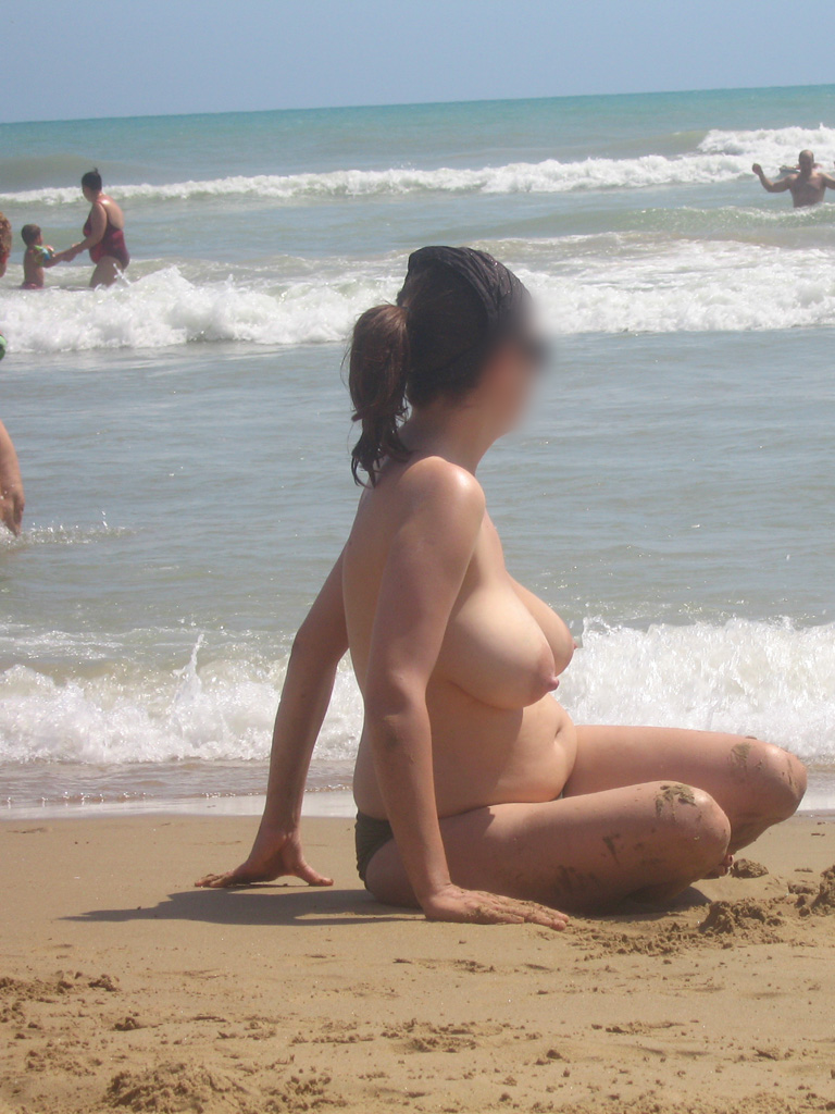 【海外エロ画像】パンツ履ける分気楽に巨乳が見放題なトップレスビーチwww 12