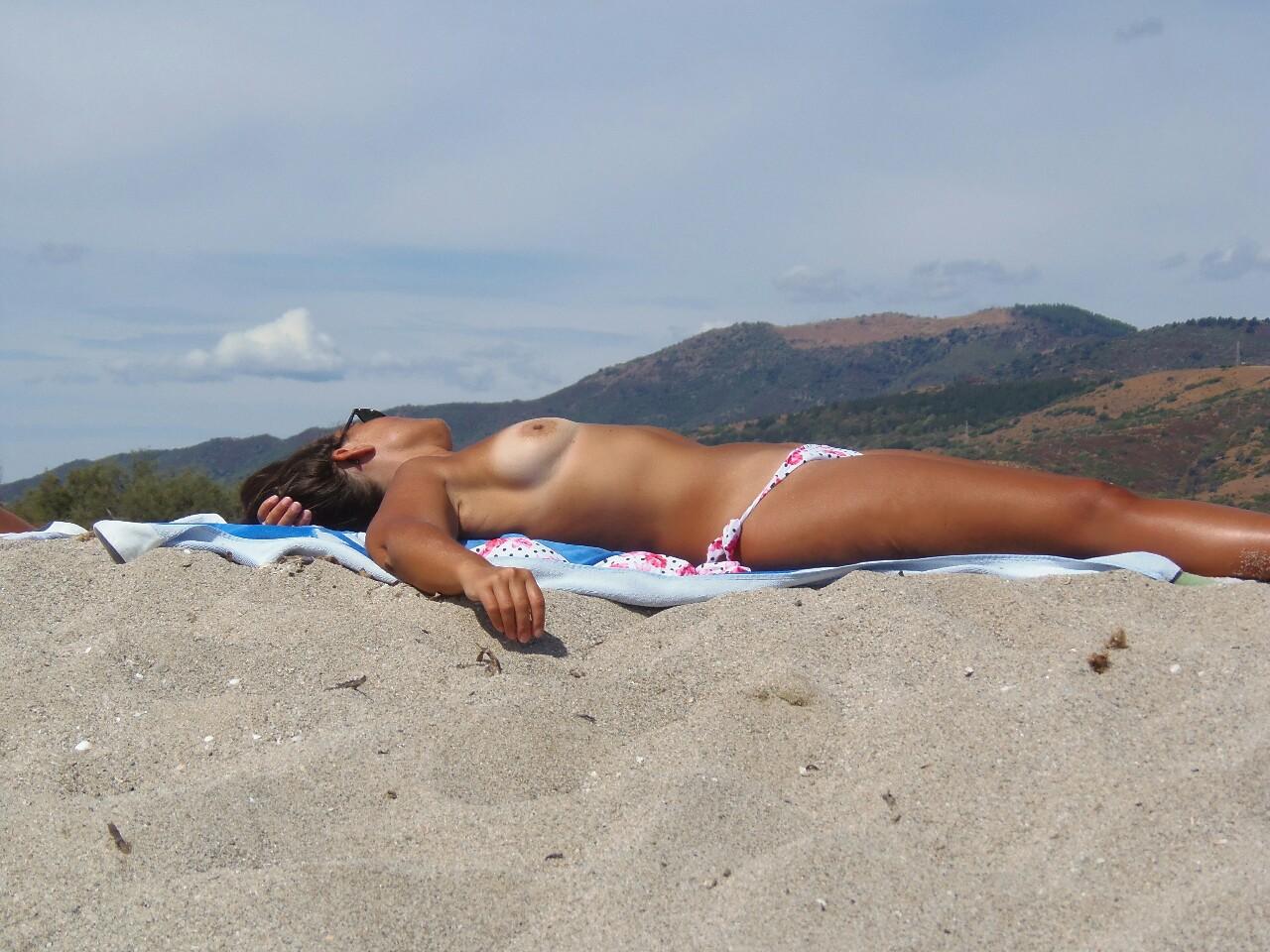 【海外エロ画像】パンツ履ける分気楽に巨乳が見放題なトップレスビーチwww 13