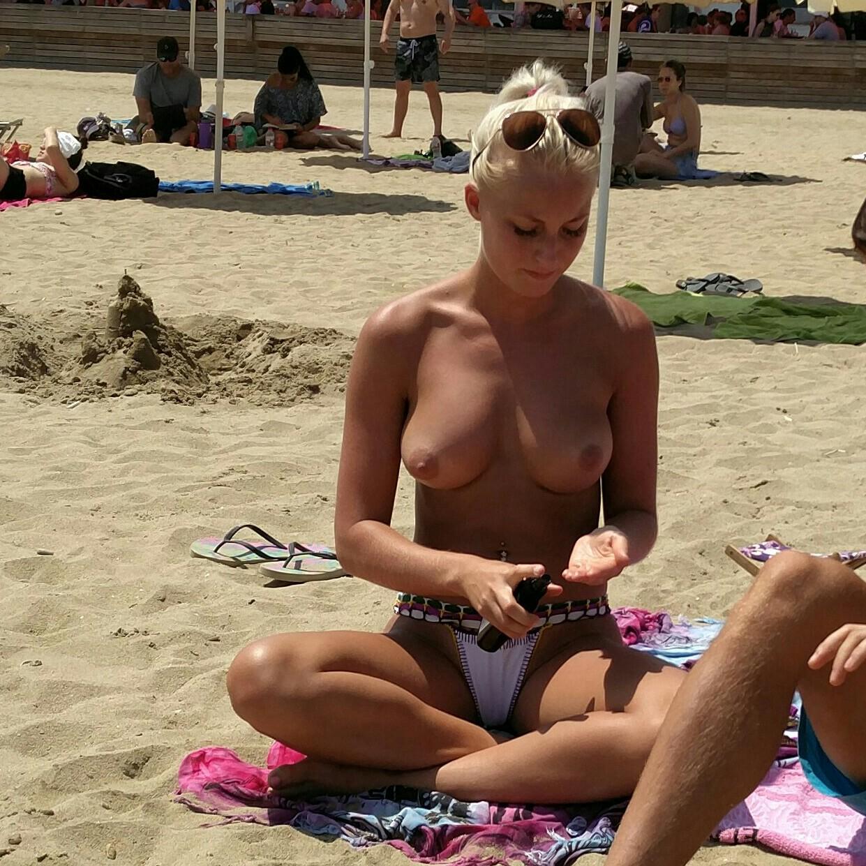 【海外エロ画像】パンツ履ける分気楽に巨乳が見放題なトップレスビーチwww 16