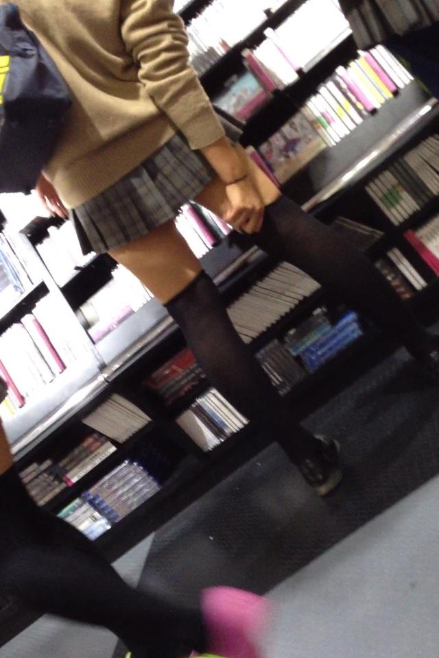 【美脚エロ画像】僅かに見えた太ももが汗ばむ!夏も絶対のニーソ美脚www 11