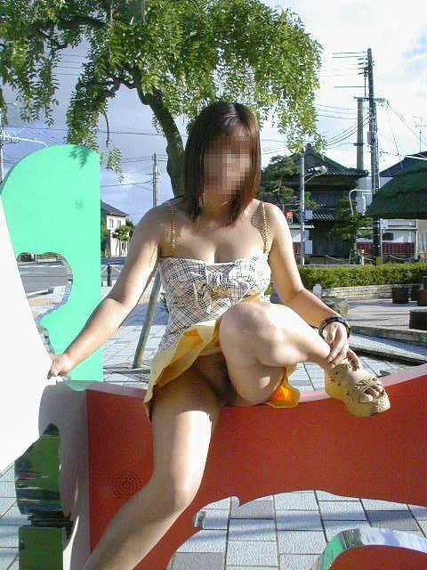 【露出エロ画像】初心者でもお手軽そうなノーパンでのスカート捲り露出www 06