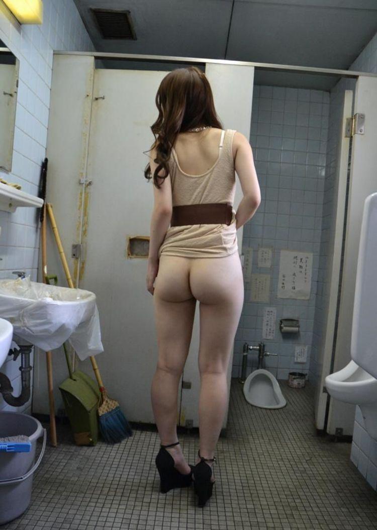 【露出エロ画像】初心者でもお手軽そうなノーパンでのスカート捲り露出www 09