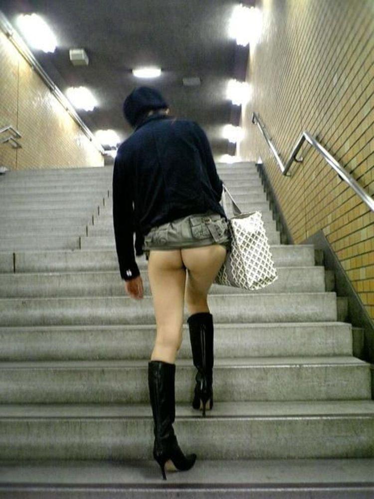 【露出エロ画像】初心者でもお手軽そうなノーパンでのスカート捲り露出www 10