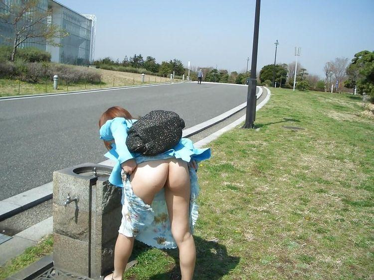 【露出エロ画像】初心者でもお手軽そうなノーパンでのスカート捲り露出www 11