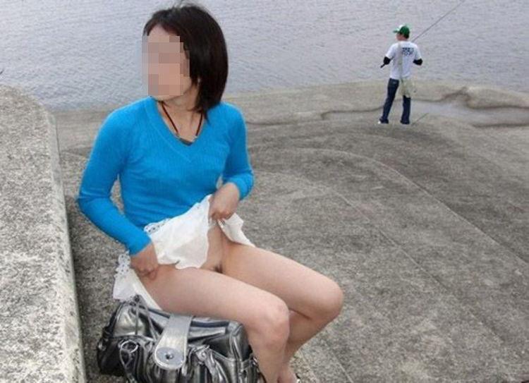【露出エロ画像】初心者でもお手軽そうなノーパンでのスカート捲り露出www 13