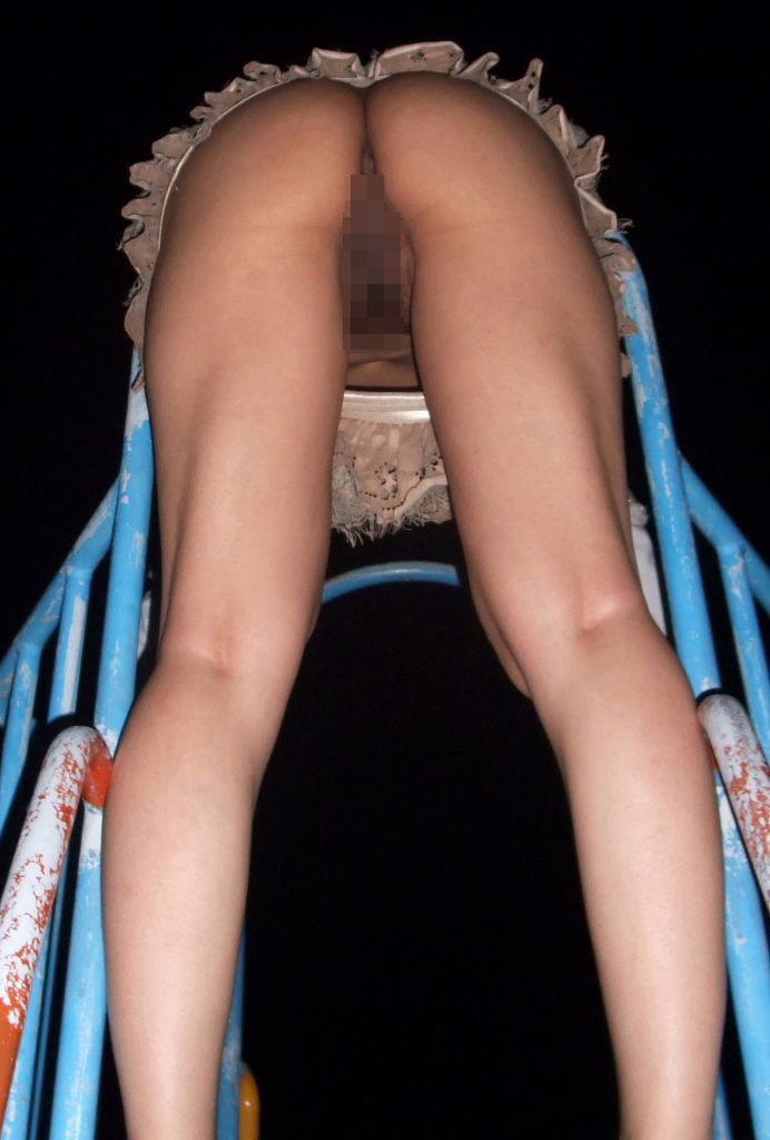 【露出エロ画像】初心者でもお手軽そうなノーパンでのスカート捲り露出www 14