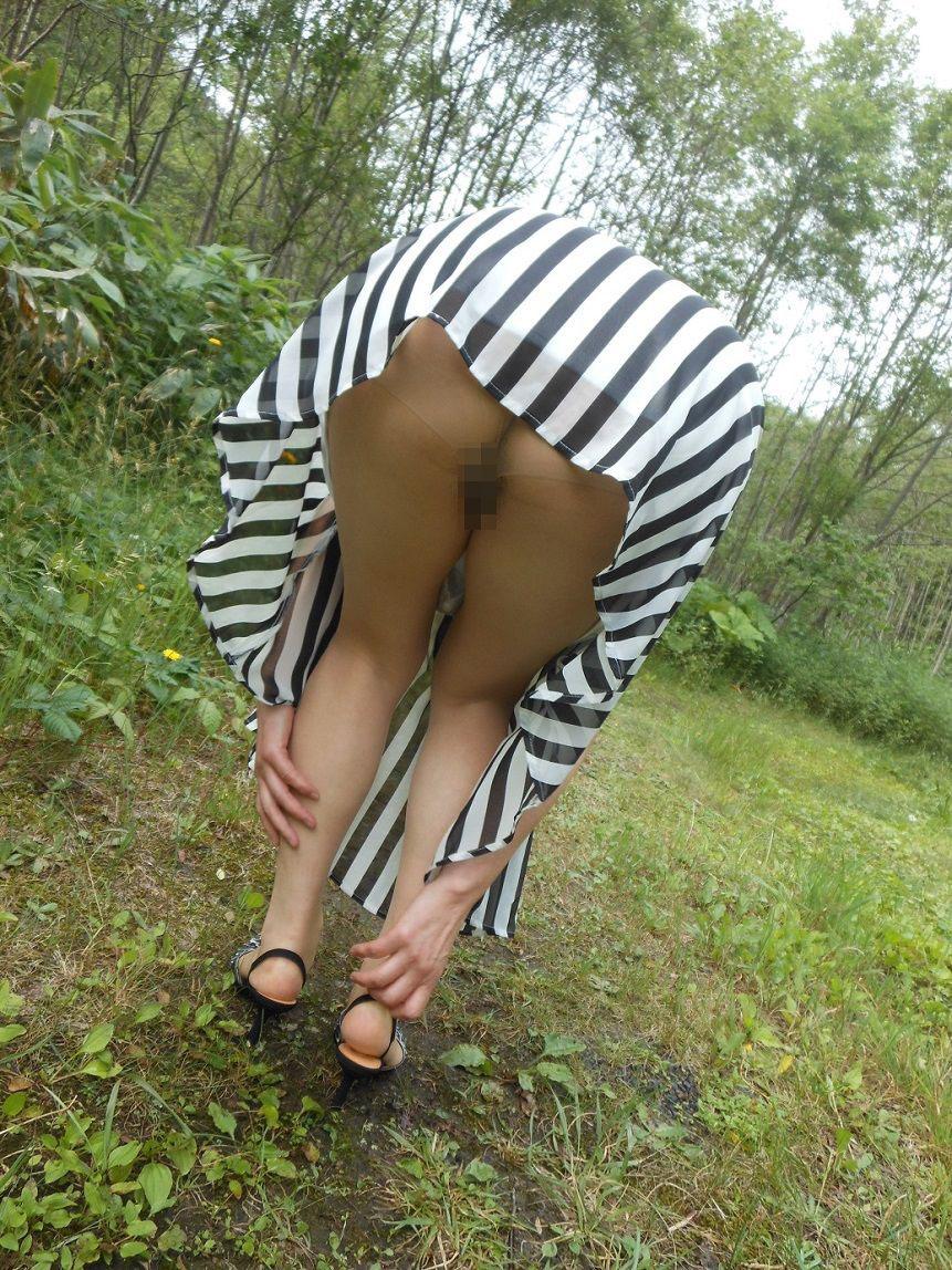 【露出エロ画像】初心者でもお手軽そうなノーパンでのスカート捲り露出www 30