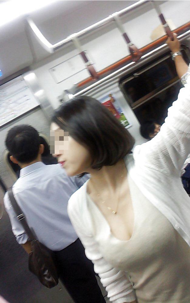 【着衣巨乳エロ画像】中身が見えなくても欲情誘う一般社会の着衣おっぱいwww 02