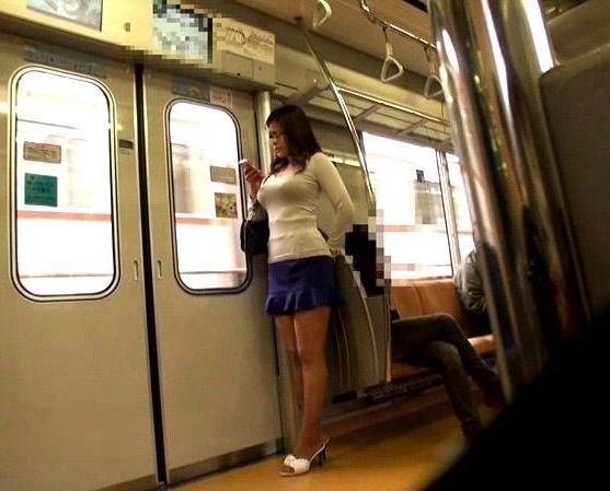 【着衣巨乳エロ画像】中身が見えなくても欲情誘う一般社会の着衣おっぱいwww 03
