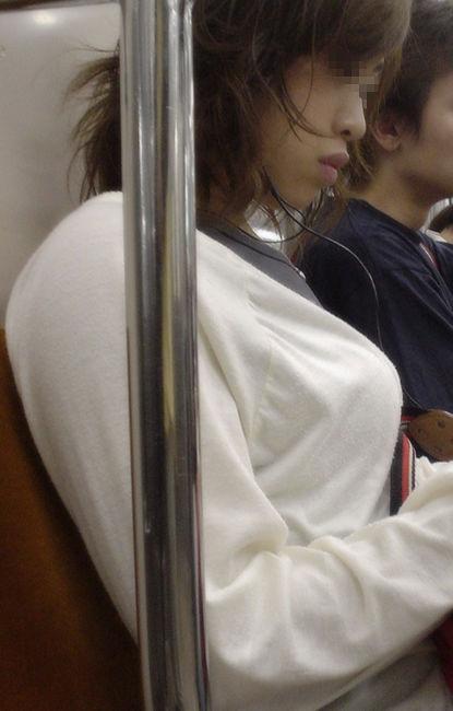 【着衣巨乳エロ画像】中身が見えなくても欲情誘う一般社会の着衣おっぱいwww 09