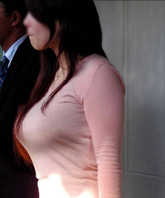 【着衣巨乳エロ画像】中身が見えなくても欲情誘う一般社会の着衣おっぱいwww 10