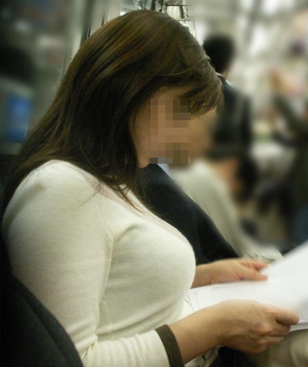 【着衣巨乳エロ画像】中身が見えなくても欲情誘う一般社会の着衣おっぱいwww 11