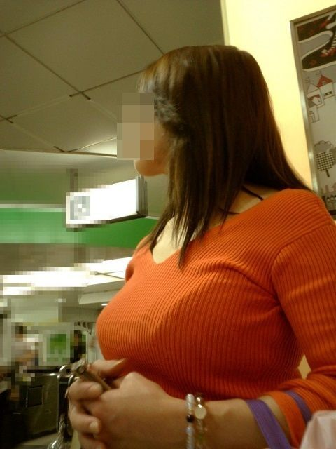 【着衣巨乳エロ画像】中身が見えなくても欲情誘う一般社会の着衣おっぱいwww 12