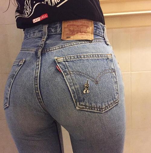 【着尻エロ画像】ケツの形がこんなにも…履いているのに隠せてないジーンズ下半身www 01