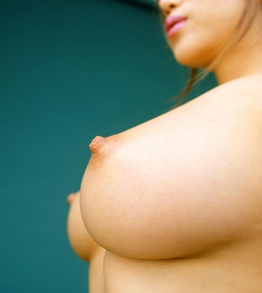 【乳首エロ画像】真っ黒になるまで弄りたい!男の憧れ淡いピンクの美しい乳首www 13