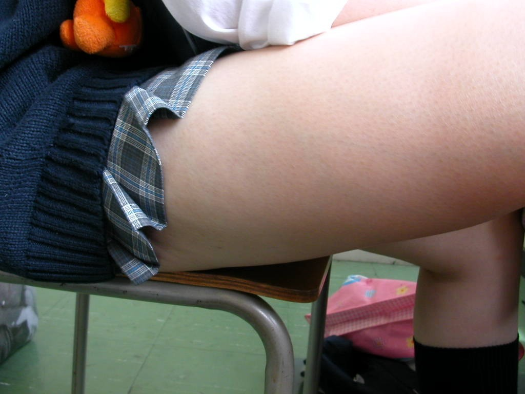 【太ももエロ画像】まずは膝枕で寝かせてw癒し効果抜群そうなムッチリ太ももwww 08
