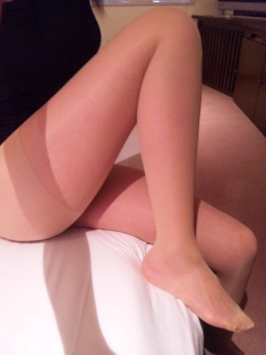 【太ももエロ画像】まずは膝枕で寝かせてw癒し効果抜群そうなムッチリ太ももwww 27