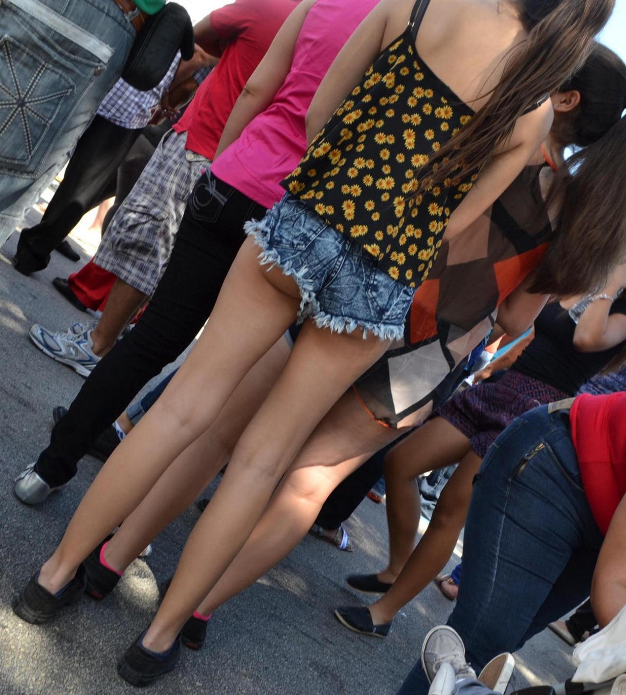 【着尻エロ画像】故意にハミ出させて何考えて…街中でも平気なホットパンツ女子の変則半ケツwww 08