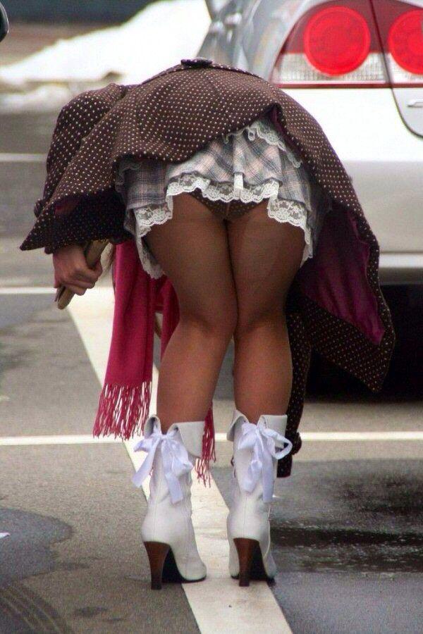 【パンチラエロ画像】天然の疑いも発生するうっかり女子の前屈みチラwww 12