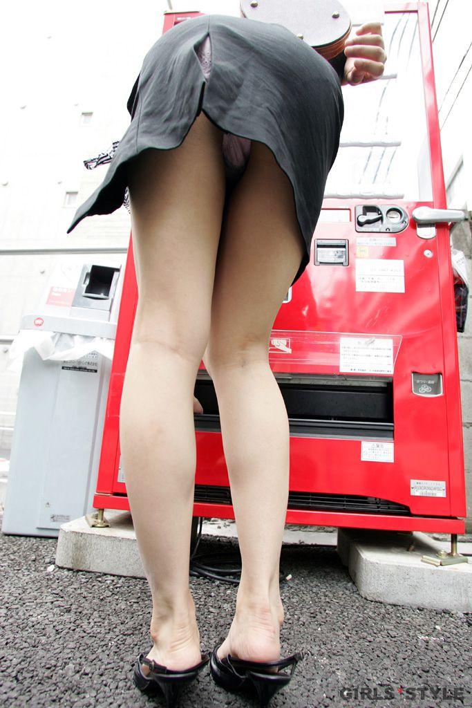 【パンチラエロ画像】天然の疑いも発生するうっかり女子の前屈みチラwww 17