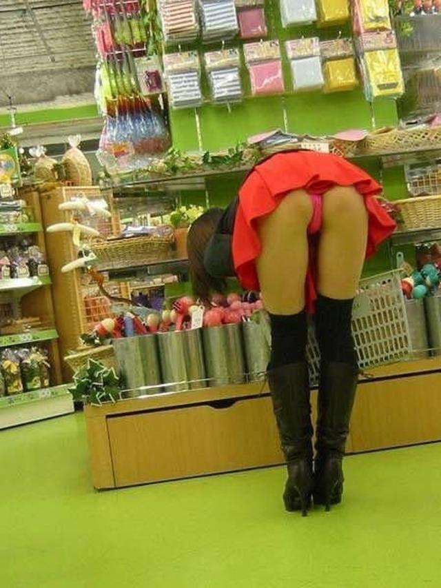【パンチラエロ画像】天然の疑いも発生するうっかり女子の前屈みチラwww 22