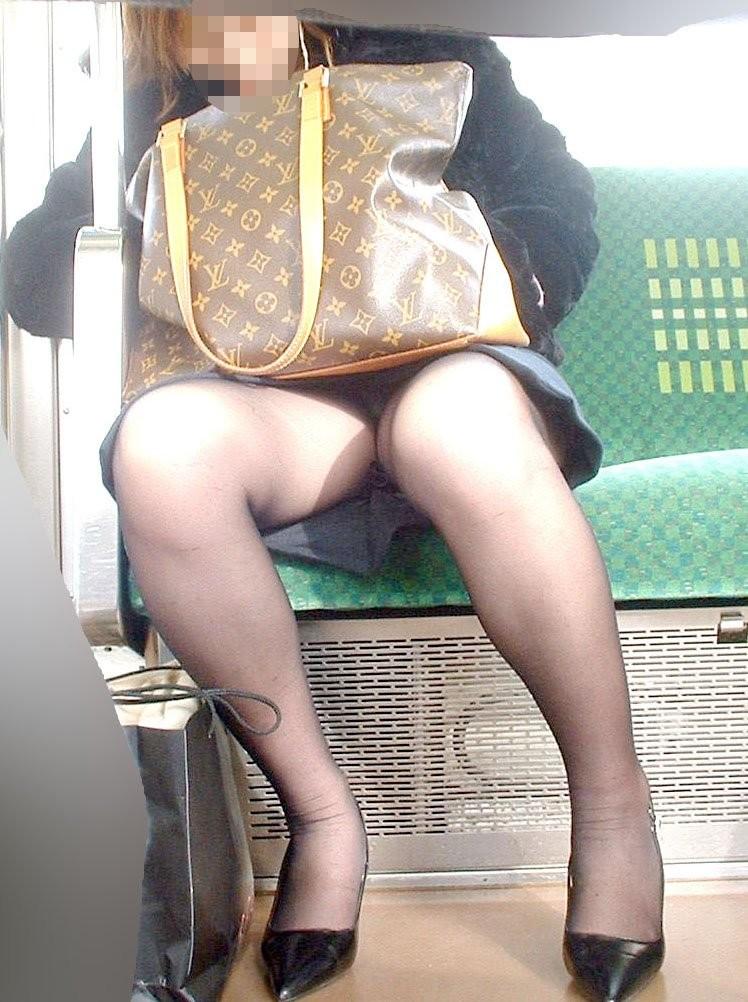 【パンチラエロ画像】電車の対面を制する者は…何もないけど見えたらお得のミニスカチラwww 12