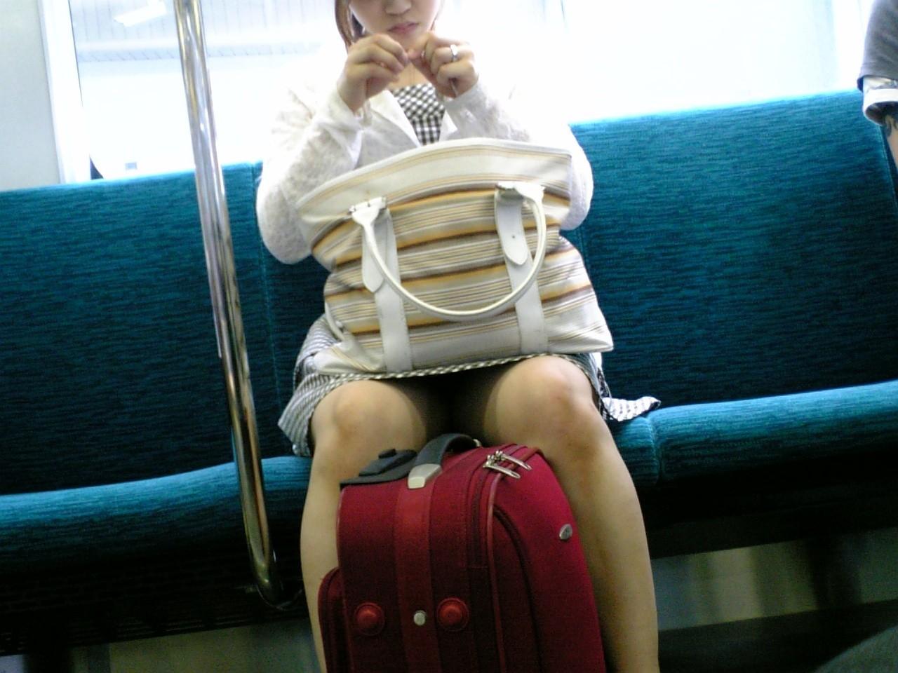 【パンチラエロ画像】電車の対面を制する者は…何もないけど見えたらお得のミニスカチラwww 14