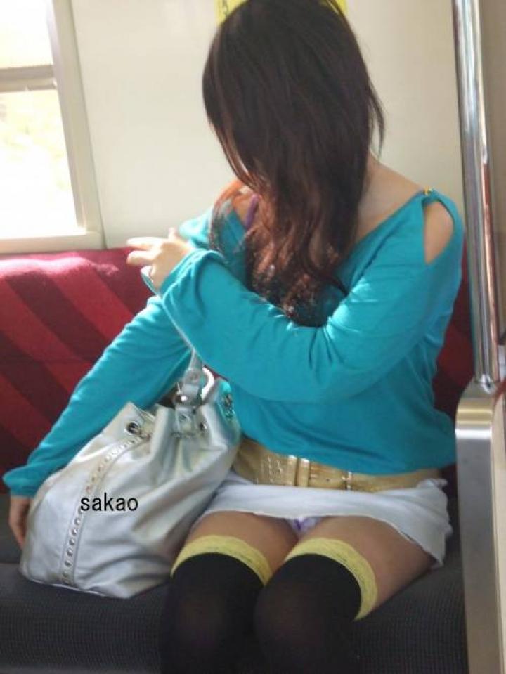 【パンチラエロ画像】電車の対面を制する者は…何もないけど見えたらお得のミニスカチラwww 16