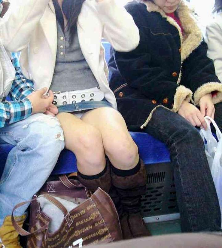 【パンチラエロ画像】電車の対面を制する者は…何もないけど見えたらお得のミニスカチラwww 19