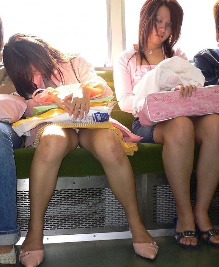 【パンチラエロ画像】電車の対面を制する者は…何もないけど見えたらお得のミニスカチラwww 24