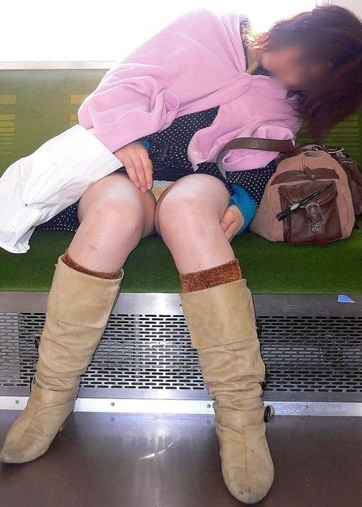 【パンチラエロ画像】電車の対面を制する者は…何もないけど見えたらお得のミニスカチラwww 27