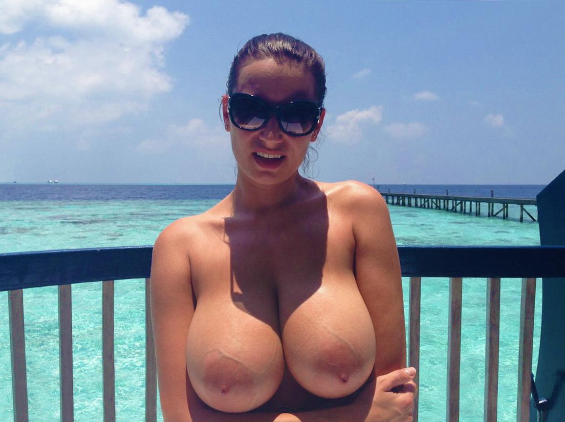 【海外エロ画像】悠々とたわわな美巨乳を拝み放題!ビーチのトップレス美女www 01