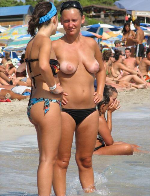 【海外エロ画像】悠々とたわわな美巨乳を拝み放題!ビーチのトップレス美女www 12