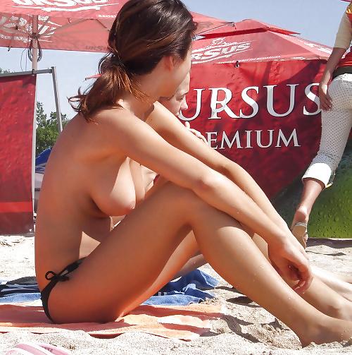 【海外エロ画像】悠々とたわわな美巨乳を拝み放題!ビーチのトップレス美女www 18