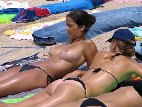 【海外エロ画像】悠々とたわわな美巨乳を拝み放題!ビーチのトップレス美女www 20