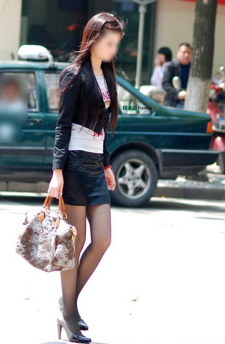 【美脚エロ画像】なぜマナーかは不明w働く女だから年中パンスト美脚www 04