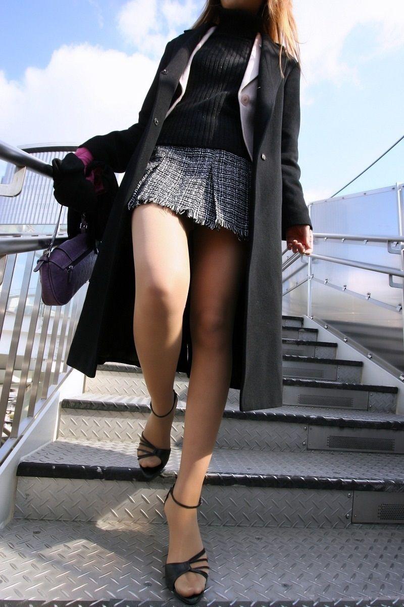 【美脚エロ画像】なぜマナーかは不明w働く女だから年中パンスト美脚www 11
