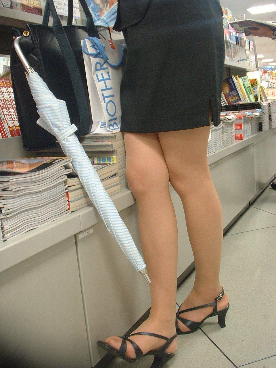 【美脚エロ画像】なぜマナーかは不明w働く女だから年中パンスト美脚www 18