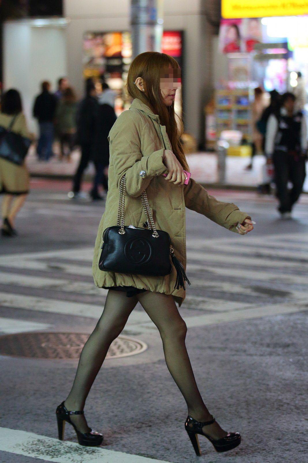 【美脚エロ画像】なぜマナーかは不明w働く女だから年中パンスト美脚www 24