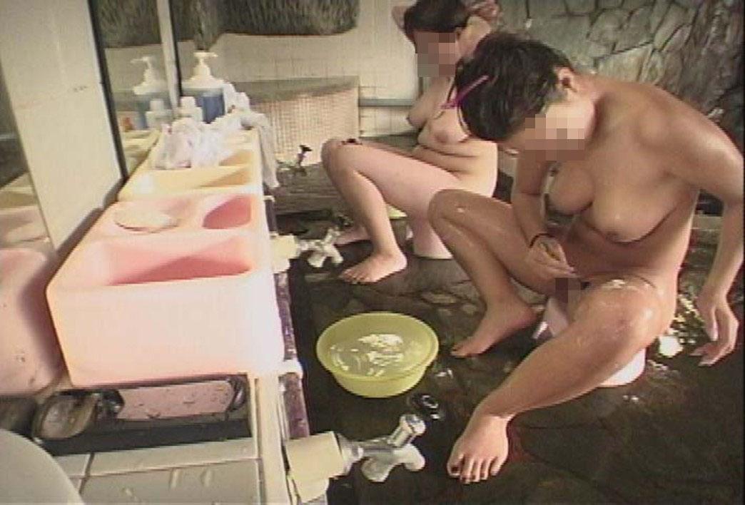 【女子風呂エロ画像】同性の仕業だから可能…生々しい女風呂を内部から暴く! 24
